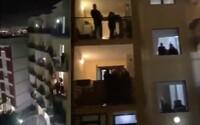 Taliani si krátia čas v karanténe. Pootvárali okná a spolu spievajú svoju hymnu