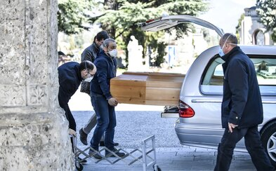 Taliansko zakázalo pohreby. Obete koronavírusu často pochovávajú osamote
