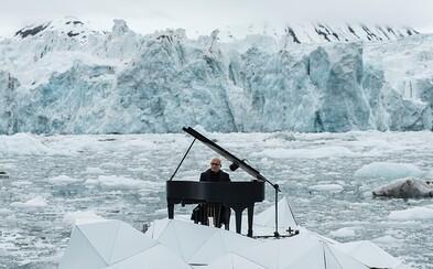 Taliansky pianista šíril hudbu v Severnom ľadovom oceáne vystúpením uprostred ľadovcov