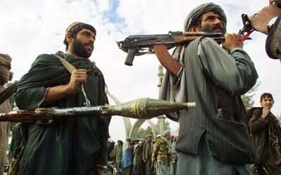 Taliban usporiadal falošný pohreb v uliciach Afganistanu. Rakvy s vlajkou USA majú byť oslavou jeho víťazstva