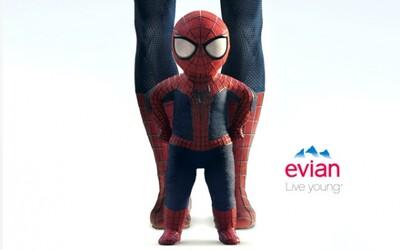Tancujúci Spider-Man v novej reklame na Evian