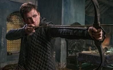 Taron Egerton sa pod vedením Jamieho Foxxa stáva obávaným Robinom Hoodom ovládajúcim luk lepšie ako John Wick svoje zbrane