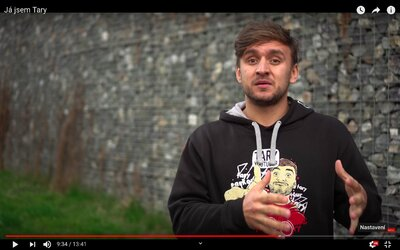 Tary si chce zachránit pověst dojemným videem. Navštíví v něm nemocné děti a osočí ostatní youtubery