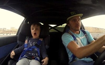 Tatko ukázal odvážnemu synovi adrenalínové driftovanie, jeho grimasy hovoria za všetko