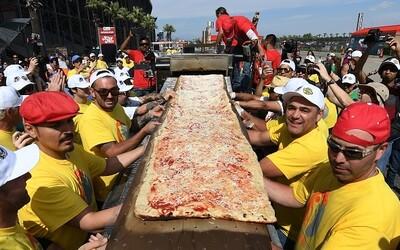 Tato dvoukilometrová pizza se stává největší na světě a oficiálně přepisuje všechny Guinessovy rekordy. Pochutnali si na ní i bezdomovci