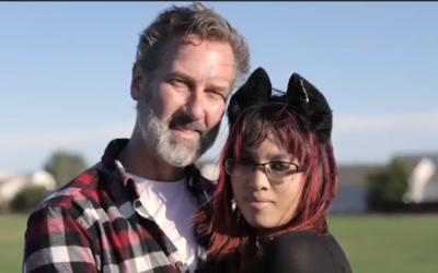 Tato žena si o sobě myslí, že je kočka. Pije z misky, nosí obojek, uši i ocásek a prý ji to sblížilo s jejím partnerem