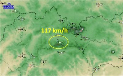 Tatry zasiahol silný vietor, už stihol napáchať škody. Niektoré oblasti sú bez elektriny