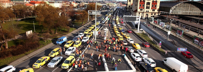 Taxikáři zablokovali Prahu. Uber jako reakci nabídl 50% slevu na 3 jízdy