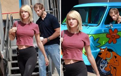 Taylor Swift a její nenápadný obdivovatel dostali terapii Photoshopem poté, co si vtipné momentky všimli lidé na internetu