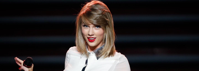 Taylor Swift kraľuje predajom albumov v polovici roka 2015, pričom ju nasleduje Drake. Single si podmanil Mark Ronson
