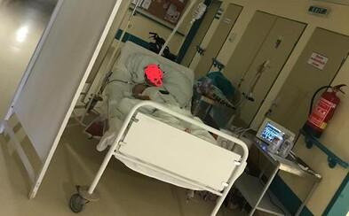 Ťažko chorú pacientku nechali po operácii v Leviciach ležať na chodbe. Tisíce Slovákov pobúrila fotka z polikliniky