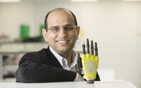 Technologie se začínají podobat lidskému tělu. Vědci vyvinuli citlivou protézu ruky se solárními panely