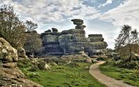 Teenageři zničili 320 milionů roků starý skalní monument. Na místě ještě vyryli svá jména