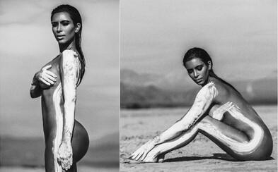 Tělnatá Kim Kardashian zdokumentovala svoji nahou procházkou po pláži. Její korpulentní křivky kryla jen bílá barva