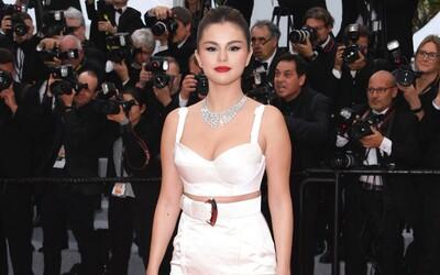 Téměř nahá modelka pobouřila veřejnost. Jaké outfity předvedly známé osobnosti na filmovém festivalu v Cannes 2019?