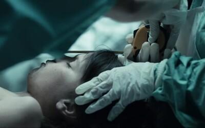 Temný belgický thriller, ktorý si vzal na mušku tému pedofílie, vás nenechá ani na okamih vydýchnuť (Tip na film)