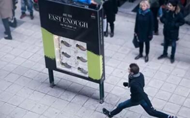 Tenisky zdarma za to, že proběhneš dostatečně rychle kolem kamery? Ve Stockholmu si to chtěl vyzkoušet každý