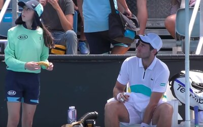 Tenista od podávačky lôpt chcel, aby mu ošúpala banán. Rozhodca to zatrhol s tým, nech si ho ošúpe sám