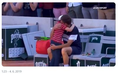 Tenista prehral zápas na French Open, ale utešiť a objať ho pribehol malý syn. Rozplakal tým aj súpera