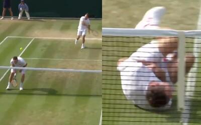 Tenista se na Wimbledonu perfektně vysmál Neymarovi. Začal se kutálet po kurtu, když ho zasáhl míček