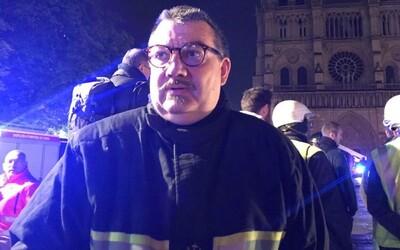 Tento kněz se vrhl do hořícího Notre-Damu, aby zachránil posvátné klenoty