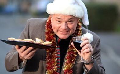 Tento muž oslavuje Vianoce každý jeden deň. Rozbaľuje darčeky, ktoré si sám posiela