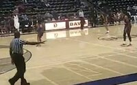 Teprve 15letý mladík střílel během středoškolského basketbalového zápasu. Po výstřelu se dav rozutekl ven z haly