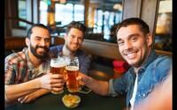 Teraz môžeš pri pití piva a zabávaní sa s kamošmi v podnikoch vyhrať výlet na mníchovský Októberfest