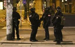 Teroristé zabili ve Vídni minimálně 3 lidi, jednoho z útočníků policisté zastřelili
