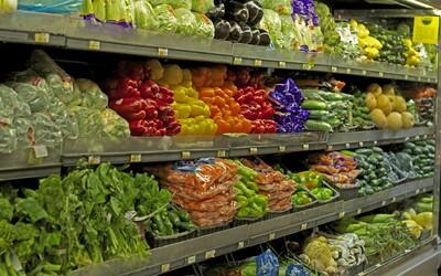 Tesco začalo prodávat nedokonalé ovoce a zeleninu. S dvacetiprocentní slevou si pochutnáš na bramborách, jablcích nebo mrkvi