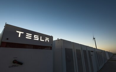Tesla dokončila výstavbu největší baterie na světě. Energetický systém poskytne šťávu tisícům domácností