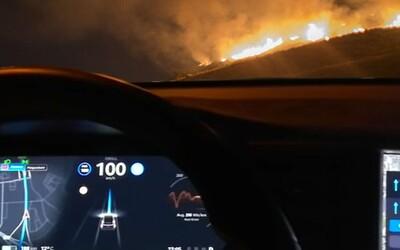 Tesla má mimoriadne výkonný režim obrany proti biologickým zbraniam. Sleduj, ako zvládne prejazd lesným požiarom