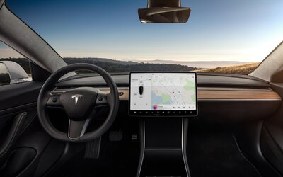 Tesla Model 3 už má interiér kompletně bez kůže. Musk vyhověl aktivistům z PETA