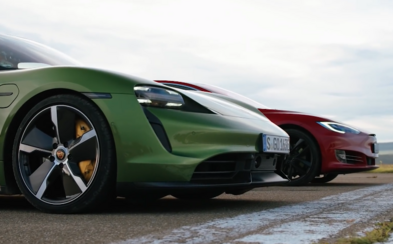 Auta Tesla Model S a Porsche Taycan závodila ve sprintu organizovaném britským magazínem Top Gear