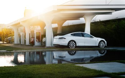 Tesla neplánuje len speňaženie nabíjania, na Superchargeroch budete platiť aj za bezohľadné parkovanie