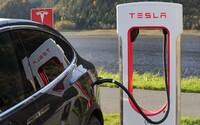 Tesla pracuje na rychlé nabíječce pro auta bez řidičů. Hi-tech patent odhalil i externí chlazení