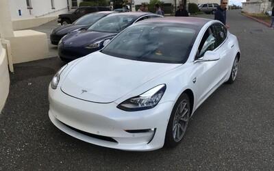 Tesla překvapuje, úplně nový Model 3 se má údajně začít vyrábět už tento pátek