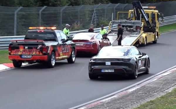 Tesla se při pokusech na Nürburgringu porouchala. Video ukazuje, jak kolem ní profrčí perfektně funkční Taycan