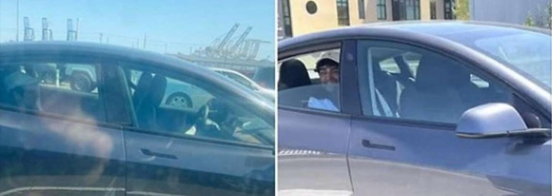Tesla se řítila po dálnici bez řidiče za volantem se smějícím se mužem na zadním sedadle. Kalifornští policisté po něm pátrají