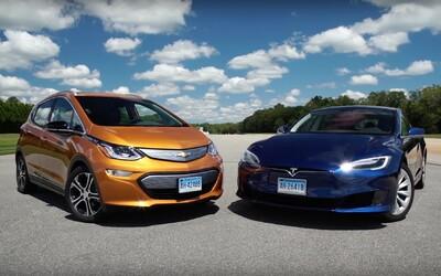 Tesla se dočkala svého prvního přemožitele v dojezdu. Model S v reálném provozu překonal nový Bolt