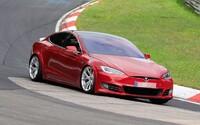 Tesla vraj porazila Porsche Taycan na Nürburgringu, Musk je zatiaľ radšej ticho. Toto je dôvod