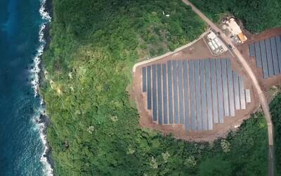 Tesla vybudovala solární farmu, která zásobuje celý ostrov. Ten už nemusí spalovat naftové barely