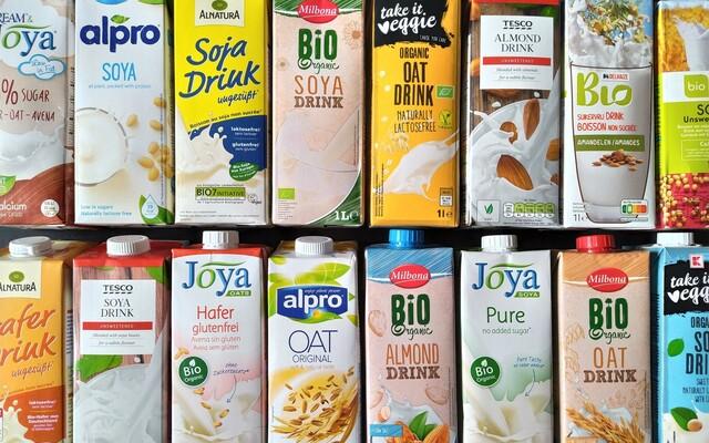 """Test rostlinných """"mlék"""": Chutné rostlinné nápoje nakoupíš i v supermarketu před domem. Na některé si ale dej pozor"""