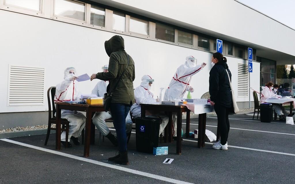 Testovali sme sa na Orave: Ľudia mrzli v dlhých radoch aj 3 hodiny. Primátori takú účasť nečakali (Reportáž)