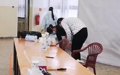 Testovanie je nulitné! Žena bez rúška vtrhla na odberné miesto a obťažovala zdravotníkov aj policajta s kamerou