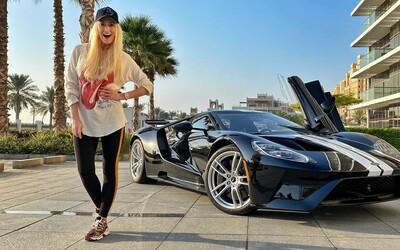 Testuje auta a vydělává miliony. 33letá Alex je zřejmě nejlepší carfluencerkou na světě