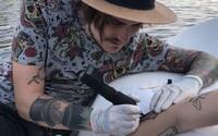 Tetoval jsem na kolotoči, na šlapadle, na koncertě i v úplné tmě. Umění nemá mít žádné limity, říká tatér Trawis (Rozhovor)