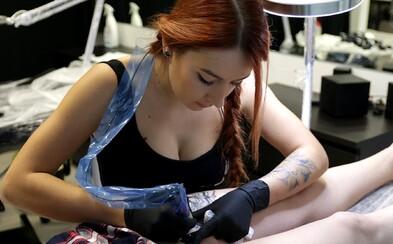 Tetovanie má človeka vystihovať a ležaté osmičky odmieta. Julka zo štúdia Enhancer ti priblíži život tatéra (Rozhovor)
