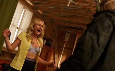 The Final Girls si v prvom traileri vtipným spôsobom strieľa z hororových klišé