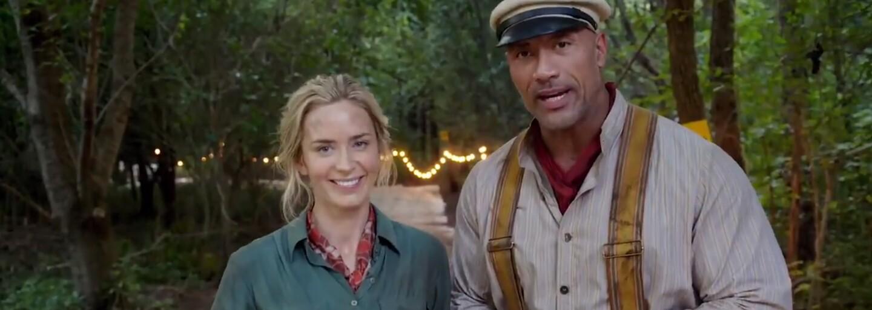 The Rock a Emily Blunt pozdravujú divákov z pľacu novej dobrodružnej akcie Jungle Cruise od Disney